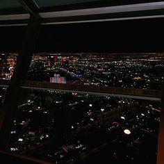"""Where the light is. ✨ • Que dia, que noite! MUITO obrigada @hotelurbano e @grupoitbrazil por todos os momentos sensacionais e inacreditáveis que tivemos hoje! Agora jantando aqui no topo de Las Vegas com direito a uma """"montanha russa"""" ! ❤️ #YOLOVEGAS"""
