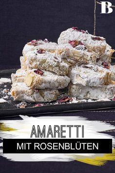 Amaretti mit Rosenblüten. Kaum ein Gebäck duftet so wohltuend wie die Amaretti mit Rosenblüten. Die Kekse sind übrigens glutenfrei – statt Mehl kommen gemahlene Mandeln in den Teig. #glutenfrei #backen #kekse #rosenblüten Cereal, Breakfast, Board, Recipes, Cooking Recipes, Biscuits, Food Portions, Morning Coffee