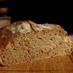 Pšenično ražný  kváskový chlieb - postup .... Základný kvások dobre rozmiešame vo vlažnej vode, pridáme múku aznova dobre rozmiešame. Misku prikryjeme potravinárskou fóliou aodložíme na 12 – 14 hodín