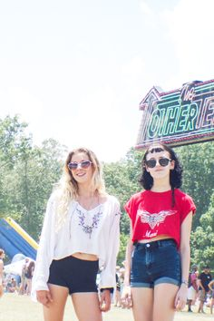 What People Wore To One Of The Last Gritty Music Festivals Around #refinery29  http://www.refinery29.com/2015/06/89151/bonnaroo-2015-street-style-pictures#slide-4  Short shorts and vintage tees.