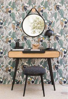 Os detalhes da decoração fazem toda a diferença! Papel de parede com estampa floral, forte tendência,  luminária e móveis em estilo retrô garantem o charme desse cantinho. 🌿🏠 #lilianazenaro #decoracao #reforma #interiores #designdeinteriores #decoradora #penteadeira