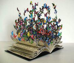 Ecco le sculture che alcuni artisti hanno creato dalle pagine di vecchi libri destinati al macero. Un riciclo straordinario.