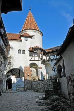 View of de castle from de courtyard in Bran, Brasov_ Romania