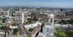 Essen (Nordrhein-Westfalen): Essen ist eine Großstadt im Zentrum des Ruhrgebiets und der Metropolregion Rhein-Ruhr. Sie ist nach Köln, Düsseldorf und Dortmund die viertgrößte Stadt des Landes Nordrhein-Westfalen und eines der Oberzentren. Mit rund 570.000 Einwohnern steht die kreisfreie Stadt im Regierungsbezirk Düsseldorf auf der Liste der Großstädte in Deutschland an neunter Stelle. Essen ist als bedeutender Industriestandort Sitz bekannter Großunternehmen und mit der 1972 gegründeten…