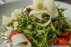 Για ορεκτικό ή και κυρίως πιάτο, για δύο ή περισσότερους, αυτή τη σαλάτα με αποξηραμένα σύκα, μέλι, σουσάμι και φέτες γραβιέρας Χωριό θα τη λατρέψετε. Greek Recipes, New Recipes, Salad Recipes, Vegan Recipes, Seaweed Salad, Caprese Salad, Cooking, Sweet, Ethnic Recipes