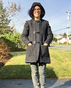 A chill in the air means I get to wear the duffle coat I made last fall! Pattern is the #cascadedufflecoat by @grainlinestudio and I loooove it. Swipe for photos of the inside - my lining is purple kasha so it's extra warm, and I did my zipper bands and hood lining out of purple plaid flannel. 😍 #sewing #sewist #sewcialists #maker #makersgonnamake #imakemyclothes #diy #handmadewardrobe #handmade #grainlinestudio…