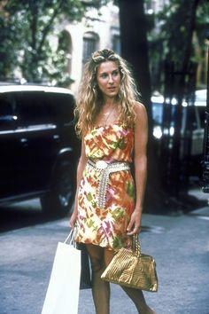 """Vor 17 Jahren flimmerte die erste Folge """"Sex and the City"""" über die US-Bildschirme. Passend dazu erinnern wir uns an Carrie Bradshaws beste Looks"""