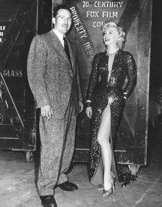 """1953, Marilyn et Jane RUSSELL sur le plateau du film """"Gentlemen prefer blondes"""" (Les hommes préfèrent les blondes) de Howard HAWKS et répètant leur numéro…"""
