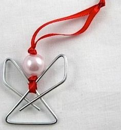 Este anjinho para árvore de Natal feito de clipes de papel também pode ser dado como lembrancinha na noite de Natal (Foto: Divulgação)