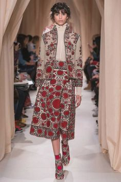 Valentino Official Website - Discover the Valentino Women Haute Couture Spring Summer 2015 Collection. Fashion Week, Boho Fashion, High Fashion, Vintage Fashion, Fashion Outfits, Iranian Women Fashion, Russian Fashion, Ethical Fashion, Style Haute Couture