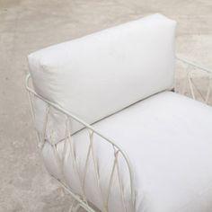 Fauteuil en metal laqué coussin en coton blanc Honoré Serax