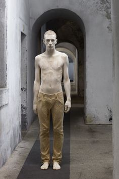 Italian artist Bruno Walpoth has carved these impressive human figures out of blocks of wood. Walpoth coats each sculpture, oftentimes a human figure who Human Sculpture, Art Sculpture, Metal Sculptures, Abstract Sculpture, Bronze Sculpture, Art Du Monde, Wow Art, Contemporary Sculpture, Italian Artist