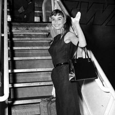 "1,310 отметок «Нравится», 63 комментариев — Audrey Hepburn Tribute (@audreyhepburntribute) в Instagram: «Say ""hello"" in your language ! #AudreyHepburn #BlackAndWhite #hairstyle #beautiful #smile #sabrina…»"