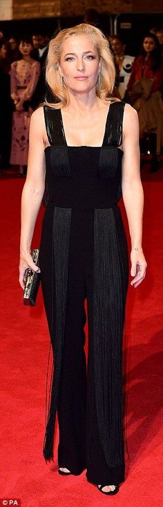 Gillian Anderson, brings daughter Piper to The Crown premiere Gillian Anderson, Celebrity Look, The Crown, Chic Outfits, Red Carpet, Bring It On, Daughter, Glamour, Scully