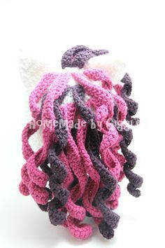 Homemade by Giggles: Unicorn Hat - FREE Crochet Pattern! Make this adorable unicorn hat yourself for free. Pink and purple unicorn hat for child or toddler. Curly hair (view from back)