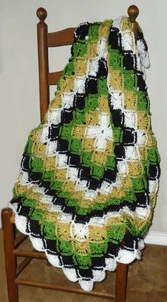 Bold Geometric Green, Gold, White and Black Crocheted Afghan. Crochet Granny, Crochet Stitches, Knit Crochet, Crocheted Blankets, Crochet Style, Afghan Crochet, Red Blanket, Afghan Blanket, Amigurumi