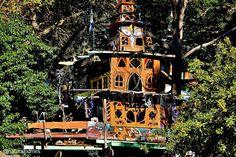 """Esta es la casa del árbol-templo de Boinga Bob en Warburton, Victoria, Australia. Bob se denomina un """"Artista independiente"""" alguien que se resiste a las tendencias y es impulsado por su espíritu Más incluyendo un video en www.naturalhomes.org/es/homes/boingabob.htm"""