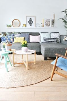 gray sofa with pastel cushions. 130 Gorgeous Living Room Design Ideas In Eclectic Style. Scandinavian home design ideas Rugs In Living Room, Home And Living, Living Room Designs, Living Room Decor, Pastel Living Room, Simple Living, Sala Vintage, Vintage Design, Scandinavian Living