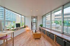 Foto's van een moderne woonkamer door 水石浩太建築設計室/ mizuishi architect atelier   homify