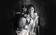 В 1890 году Поль Гоген нуждался в чуде. Жена Мэтт-Софи бросила его и забрала с собой пятерых детей. Его старый друг Винсент Ван Гог покончил с собой. Его карьера художника зашла в тупик и у него не было ни