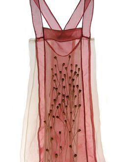 dress with poppy seed vessel. Delantal vestido con cápsulas de las semillas de amapola. Cada movimiento genera un sonido de goteo. Modelo: Kirsten Nehberg