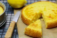 Trop bon ce gâteau moelleux au citron intense en goût ! C'est une recette facile à faire qui plait toujours ! Possible de faire ce moelleux avec une orange à la place des 2 citrons 🙂 Si vous êtes fan de citron, 3 recettes incontournables : tarte au citron meringuée, petits fondants intenses au citron, …
