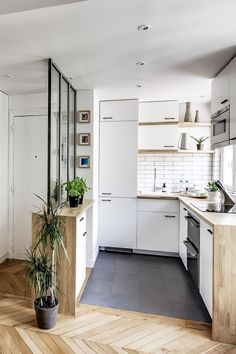 am nager petite cuisine studio meubles kitchenette blanc gris am nagement d coration re Kitchen Interior, Small Apartment Decorating, Home, Kitchen Decor, White Kitchen Furniture, Wood Tile Kitchen, Studio Kitchen, Apartment Kitchen, Kitchen Design
