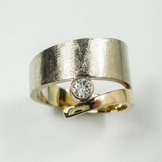 Fairtrade gold ring with a beautiful diamond. In white and yellow gold. Www.hoogenboombogers.com