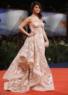Selena Gomez, Atelier Versace. Bye Bye Kid, Hellow Young Lady!