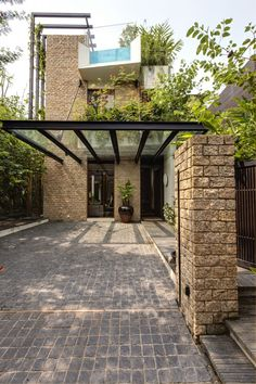 Towering trellises climb the tall exterior walls of the home, where determined climbing plants make their quiet journey to the rooftop. Carport Designs, Garage Design, House Design, Loft Design, Pergola Designs, Landscaping Design, Modern Design, Backyard Canopy, Garden Canopy