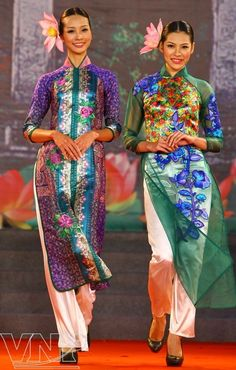 I'm thinking of using 40cm width Kimono silk for the wedding dress, but the fabric is too narrow for a normal ao dai. So I'll have to do a three-panel with contrasting fabric like the ao dai on the left in this photo.