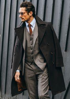 ESTILO DRAMÁTICO. El diseño de la ropa es estructurado, pero no clásico por lo estilizado y exagerado. Genera una imagen sofisticada y dominante, con poder de autoridad. El tamaño de sus accesorios tiende a ser mayor. Siempre van un paso adelante de la moda. Son hombres muy seguros de sí mismos, y lo que buscan con su arreglo personal es impactar y darse a respetar.
