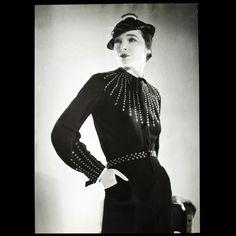 Robe ornée de clous de Lucien Lelong, photographie d'époque du studio Deutsch (circa 1935)
