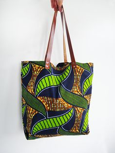 It will be the companion of all my outings this summer: at the beach or at the pool, at the market or for a night on the mop . it& THE bag to sew in two easy steps! A model without making head, there are indeed only 5 straight seams. Yes you . African Accessories, Bag Accessories, Sacs Tote Bags, Ankara Bags, Diy Sac, Couture Sewing, Fabric Bags, African Fabric, Mode Inspiration
