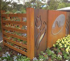 brise-vue jardin avec des panneaux en acier corten étagères à fleurs