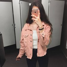 Winter Fashion Outfits, Spring Outfits, Casual Outfits, Cute Outfits, Pink Denim Jacket, Denim Outfit, Teenage Girl Photography, Girl Photography Poses, Girl Photo Poses