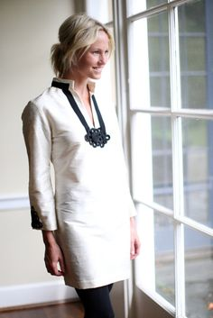 This white tunic is refined, simple, elegant and has a classic twist. From work to evening this tunic transitions perfectly. Image via Devon Baer Design. Love Fashion, Fashion Beauty, Womens Fashion, Fashion Shoes, Girl Fashion, Devon, Schneider, Kaftan, Dress Codes