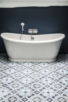Zementfliese von Couleurs & Marières, Dekor: CERCLE / cm ähnliche to. House Bathroom, Bathroom Inspiration, Coastal Bathrooms, Small Kitchen Decor, Small Bathroom, Bathrooms Remodel, Bathroom Interior Design, Tile Bathroom, Floor Design