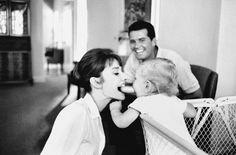 """Mit dem Regisseur von """"Green Mansions"""", Mel Ferrer, hatte Audrey Hepburn einen Sohn. Auf dem fröhlichen Familienfoto von Willoughby ist im Hintergrund jedoch James Garner zu sehen, ihr Filmpartner in dem Drama """"Infam""""."""