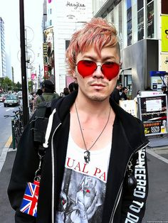 Japanese accessory/fashion designer Norimi - from the brand Alice Black - on Meiji Dori in Harajuku on September Photographed with my iPhone. Japanese Streets, Japanese Street Fashion, Tokyo Fashion, Harajuku Fashion, Men's Fashion, Red Sunglasses, Street Snap, Visual Kei, New Look