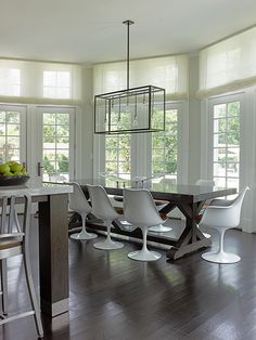 White Saarinen Tulip Chairs in a New York dining room | A Motley Approach in Westchester County | Knoll Inspiration