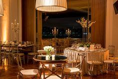A decoração em verde e branco é um clássico e foi o briefing dos noivos deste casamento, que aconteceu na Villa Jockey com decor assinada pela Cenográphia.