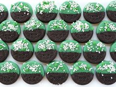 Patrick's Day Dipped Oreos: a quick and easy way to dress up a cookie for St. All you need is: Oreos, Wilton Green Candy Melts found at at your local craft store, and sprinkles. Holiday Treats, Holiday Fun, Festive, Thanksgiving Treats, Holiday Foods, Holiday Desserts, Holiday Baking, Dipped Oreos, Chocolate Dipped