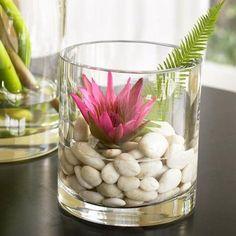 weiße-Steine-und-Blumen-im-Glas