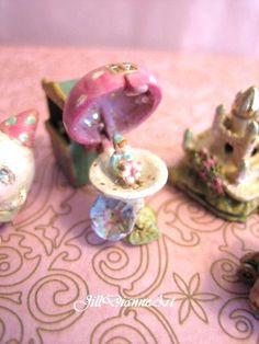 Jill Dianne - petit jouet mécanique fée Pixie Toadstool champignons maison - maison de poupée Miniature