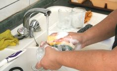 Água: Economize! O BlogSkill sempre tratá dicas de como economizar água nesses tempos difíceis de seca. Dica: organize sua louça de modo que as peças mais limpas sejam lavadas primeiro, assim você pode deixar as mais sujas dentro da pia e, à medida em que a água da lavagem vai caindo na pia, a sujeira da louça mais suja amolece. Um bom exemplo é deixar uma panela dentro da pia enquanto você lava talheres. Além disso, retire manualmente e sem água as sujeiras maiores.