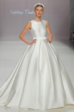 BARCELONA BRIDAL WEEK 2018  Desfile: Cristina Tamborero    Vestido de novia princesa con tablas en la falda, un clásico de la novia modesta, especialmente combinado con el cuerpo sin mangas.
