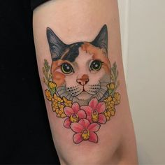 Tatuagem em homenagem ao pet criada pela tatuadora Samantha Sam de São Paulo. Clique para ver outras artes dessa tatuadora.    #tattoo #tatuagem #art #arte #cat #gato Tattoos Bein, Leg Tattoos, Body Art Tattoos, Small Tattoos, Sleeve Tattoos, Tattoos For Guys, Cool Tattoos, Traditional Tattoo Animals, Neo Traditional Tattoo