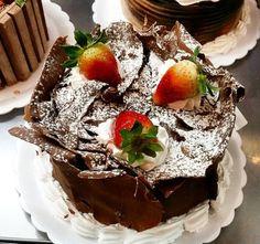 Torta floresta negra de morango. #confeitariapolos #goiania  (em Polos Pães e Doces)