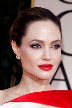 Kobiecy niezbędnik: Czerwona szminka w akcji! Dziesięć pięknych kobiet i ich płomienne usta!  Angelina Jolie  Więcej na Moda Cafe!